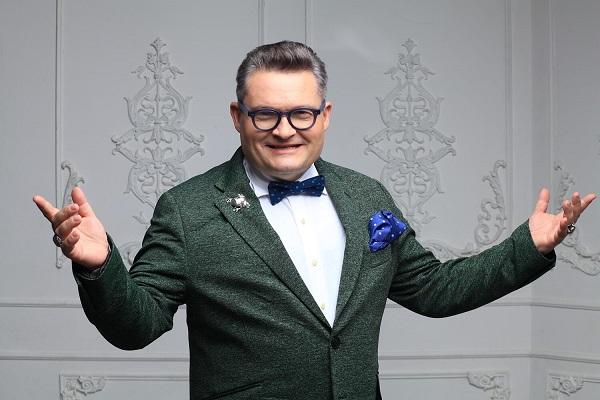 Александр Васильев  приглашает героиню на новогодний
