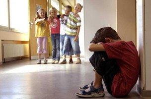 Семь признаков того, что над вашим ребенком издеваются